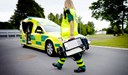 Ambulanspersonal går mot ambulans